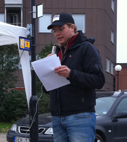 Tommy talar på kupoltorget