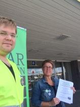 Valbyrå utanför COOP Forum